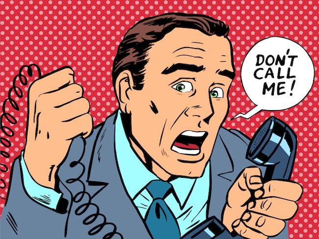 hombre estresado por spam telefonico